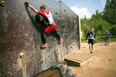 Mensen die tijdens het spel van de sport militaire concurrentie beklimmen Royalty-vrije Stock Afbeeldingen