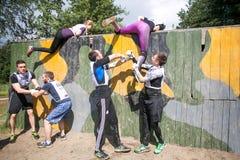Mensen die tijdens het spel van de sport militaire concurrentie beklimmen Royalty-vrije Stock Foto's