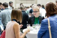 Mensen die tijdens koffiepauze op medische of wetenschappelijke conferentie op elkaar inwerken royalty-vrije stock afbeelding