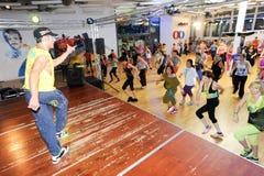 Mensen die tijdens Zumba-opleidingsgeschiktheid bij een gymnastiek dansen Royalty-vrije Stock Foto