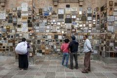 Mensen die toewijding lezen aan Maagdelijk DE Gr Quinche bij de kerk van Gr Quinche in Ecuador Stock Foto