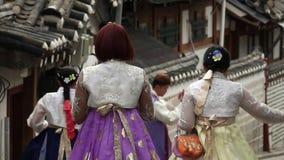 Mensen die in Traditioneel Koreaans Kostuum Hanbok bij het Traditionele Volksdorp van Bukchon in Zuid-Korea lopen stock video