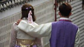 Mensen die in Traditioneel Koreaans Kostuum Hanbok bij het Traditionele Volksdorp van Bukchon in Zuid-Korea lopen stock footage