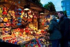 Mensen die traditionele Kerstmisdecoratie in Praag kopen Stock Afbeeldingen