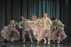 Mensen die in traditionele kostuums op stadium dansen, Royalty-vrije Stock Fotografie