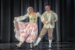 Mensen die in traditionele kostuums op stadium dansen, Royalty-vrije Stock Afbeeldingen