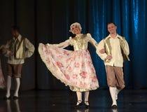 Mensen die in traditionele kostuums op stadium dansen, Stock Afbeeldingen