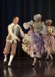 Mensen die in traditionele kostuums op stadium dansen, Royalty-vrije Stock Afbeelding