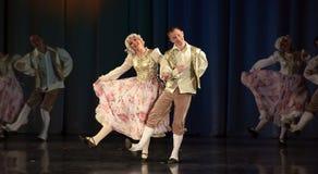 Mensen die in traditionele kostuums op stadium dansen, Royalty-vrije Stock Foto's