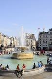 Mensen die in trafalgar vierkant Londen het UK rusten Royalty-vrije Stock Afbeeldingen