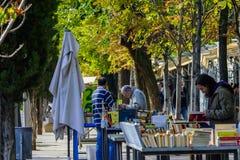 Mensen die tweede handboeken bekijken in Madrid Royalty-vrije Stock Foto's
