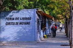 Mensen die tweede handboekenstalletjes bekijken in Madrid Royalty-vrije Stock Foto's