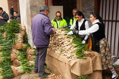 Mensen die ui koken tijdens otada van CalÑ  in Valls Stock Afbeelding