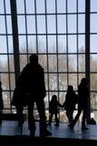 Mensen die uit Venster kijken stock fotografie