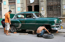 Mensen die uitstekende auto, Havana, Cuba herstellen Stock Foto's