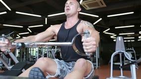 Mensen die, uitwerkend, uitoefenend in gymnastiek en geschiktheidsclub opleiden stock footage