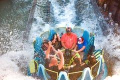Mensen die van de de aantrekkelijkheidsrit van de pretrivier de Oneindigheidsdalingen in Seaworld Marine Theme Park 3 hebben royalty-vrije stock afbeeldingen