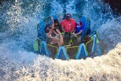 Mensen die van de de aantrekkelijkheidsrit van de pretrivier de Oneindigheidsdalingen in Seaworld Marine Theme Park 2 hebben stock afbeelding