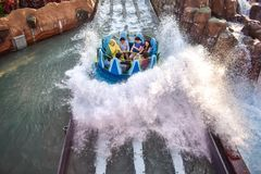 Mensen die van de de aantrekkelijkheidsrit van de pretrivier de Oneindigheidsdalingen in Seaworld Marine Theme Park 4 hebben stock fotografie