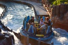 Mensen die van de de aantrekkelijkheidsrit van de pretrivier de Oneindigheidsdalingen in Seaworld Marine Theme Park 6 hebben royalty-vrije stock afbeelding