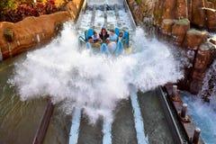 Mensen die van de de aantrekkelijkheidsrit van de pretrivier de Oneindigheidsdalingen in Seaworld Marine Theme Park 2 hebben stock afbeeldingen