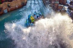 Mensen die van de de aantrekkelijkheidsrit van de pretrivier de Oneindigheidsdalingen in Seaworld Marine Theme Park 5 hebben stock afbeeldingen