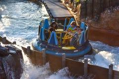 Mensen die van de de aantrekkelijkheidsrit van de pretrivier de Oneindigheidsdalingen in Seaworld Marine Theme Park 8 hebben stock fotografie