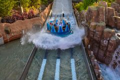 Mensen die van de de aantrekkelijkheidsrit van de pretrivier de Oneindigheidsdalingen in Seaworld Marine Theme Park 5 hebben stock fotografie