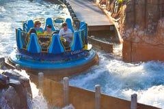 Mensen die van de de aantrekkelijkheidsrit van de pretrivier de Oneindigheidsdalingen in Seaworld Marine Theme Park 1 hebben stock foto