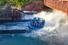 Mensen die van de de aantrekkelijkheidsrit van de pretrivier de Oneindigheidsdalingen in Seaworld Marine Theme Park 1 hebben royalty-vrije stock afbeelding