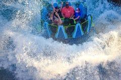 Mensen die van de de aantrekkelijkheidsrit van de pretrivier de Oneindigheidsdalingen in Seaworld Marine Theme Park 2 hebben royalty-vrije stock foto's
