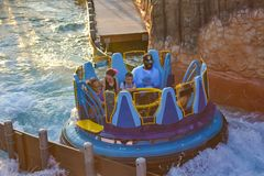 Mensen die van de Dalingen van de de ritoneindigheid van de rivieraantrekkelijkheid in Seaworld Marine Theme Park 3 genieten stock afbeelding