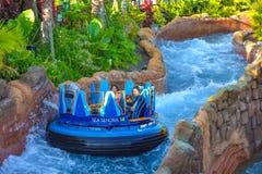 Mensen die van de Dalingen van de de ritoneindigheid van de rivieraantrekkelijkheid in Seaworld Marine Theme Park 4 genieten royalty-vrije stock afbeeldingen