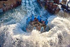 Mensen die van de Dalingen van de de ritoneindigheid van de rivieraantrekkelijkheid in Seaworld Marine Theme Park 2 genieten stock foto