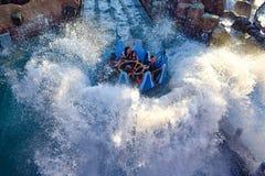 Mensen die van de Dalingen van de de ritoneindigheid van de rivieraantrekkelijkheid in Seaworld Marine Theme Park 2 genieten royalty-vrije stock fotografie