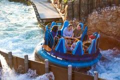 Mensen die van de Dalingen van de de ritoneindigheid van de rivieraantrekkelijkheid in Seaworld Marine Theme Park 5 genieten royalty-vrije stock foto's