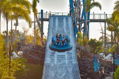 Mensen die van de Dalingen van de de ritoneindigheid van de rivieraantrekkelijkheid in Seaworld Marine Theme Park 6 genieten stock fotografie