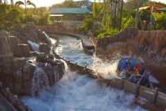 Mensen die van de Dalingen van de de ritoneindigheid van de rivieraantrekkelijkheid in Seaworld Marine Theme Park 2 genieten royalty-vrije stock foto