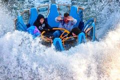 Mensen die van de Dalingen van de de ritoneindigheid van de rivieraantrekkelijkheid in Seaworld Marine Theme Park 7 genieten stock foto's