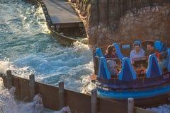 Mensen die van de Dalingen van de de ritoneindigheid van de rivieraantrekkelijkheid in Seaworld Marine Theme Park 4 genieten royalty-vrije stock foto