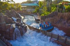 Mensen die van de Dalingen van de de ritoneindigheid van de rivieraantrekkelijkheid in Seaworld Marine Theme Park 3 genieten stock fotografie