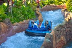 Mensen die van de Dalingen van de de ritoneindigheid van de rivieraantrekkelijkheid in Seaworld Marine Theme Park 2 genieten stock afbeelding