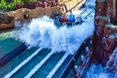 Mensen die van de Dalingen van de de ritoneindigheid van de rivieraantrekkelijkheid in Seaworld Marine Theme Park 5 genieten stock afbeeldingen