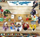 Mensen die van de klaslokaal de Luchtmening de Kaart van de Presentatiewereld leren stock fotografie