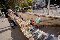 Mensen die van de metro met openluchtmarkt van tweede handboeken lopen Stock Afbeeldingen