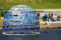 Mensen die van de riviertentoongestelde voorwerpen genieten in Art Prize stock fotografie