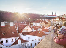 Mensen die van de zon en van de grote mening die over Praag genieten van het kasteel tijdens Kerstmisdag openen Stock Afbeeldingen