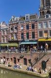 Mensen die van de zon genieten bij de kanalen van Utrecht Stock Afbeelding