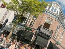 Mensen die van dranken op openluchtterras van koffie in Hilversum genieten, Stock Foto