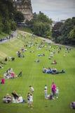 Mensen die van Edinburgh in zonnige dag in de Tuinen van de Prinsenstraat genieten van royalty-vrije stock foto's